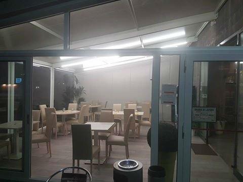 sala di un ristorante con vetrata