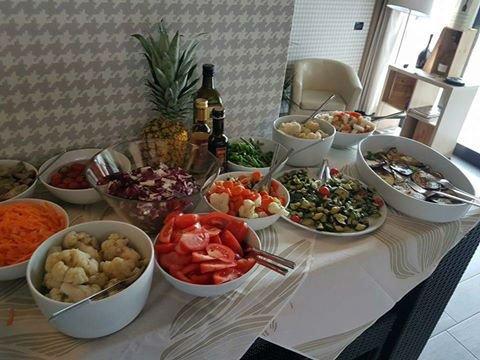 un buffet con delle  verdure