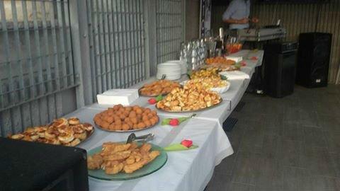 un buffet di tartine e altre specialità fritte