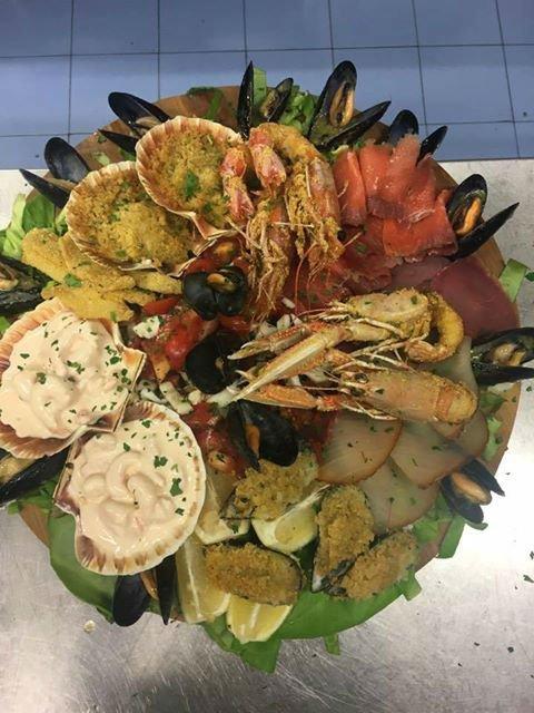 un piatto di pesce misto