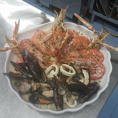 un piatto con cozze, scampi e calamari