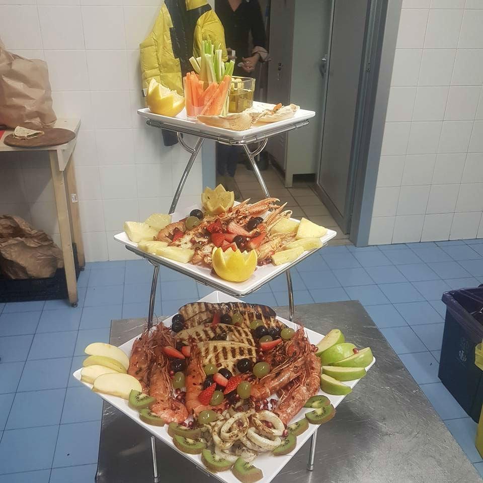 struttura con tre piatti a base di pesce misto e frutta