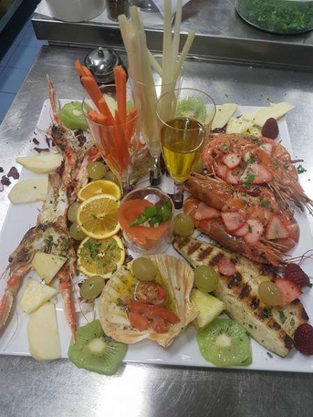 un piatto a base di pesce misto e verdure