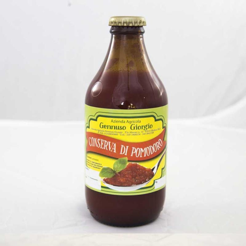 una bottiglia  di conserva di pomodoro