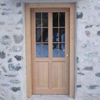 porta di ingresso in legno con vetrata
