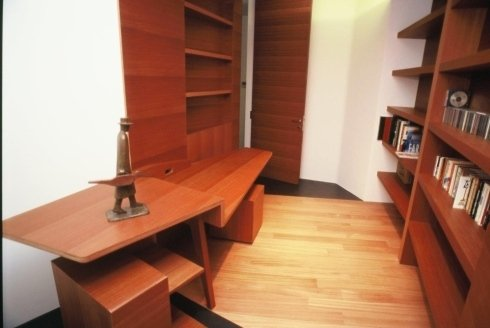 Studio realizzato su misura in legno Doussiè.