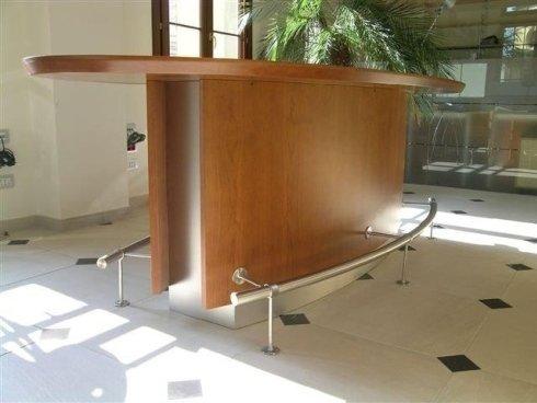 Tavolo per ufficio curvo realizzato in legno.