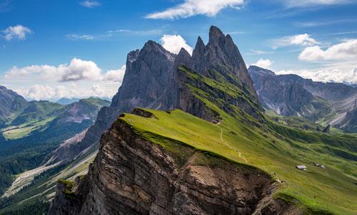 le cime delle montagne e i prati che arrivano fino al precipizio