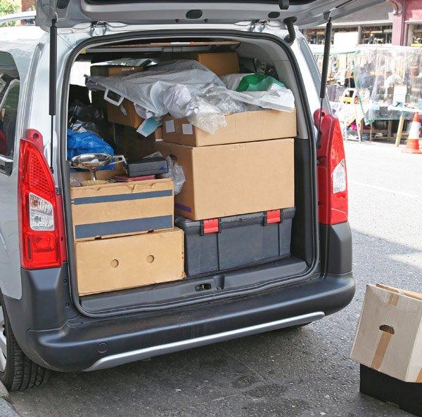 Gli scatoloni nel furgone di Planet service a Monteriggioni