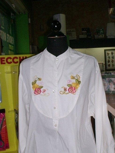Camicia ricamata con macchine a telaio