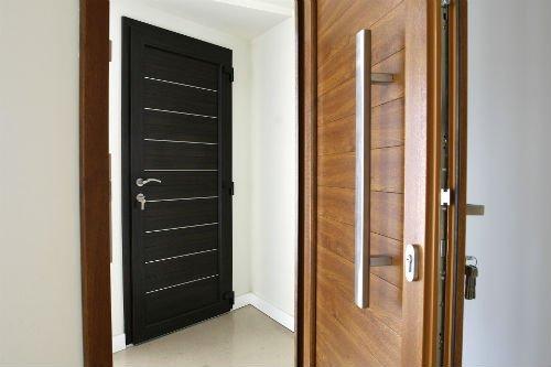 due porte, una in legno nero e una in legno chiaro