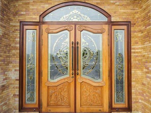 Portone di ingresso con pannelli in vetro
