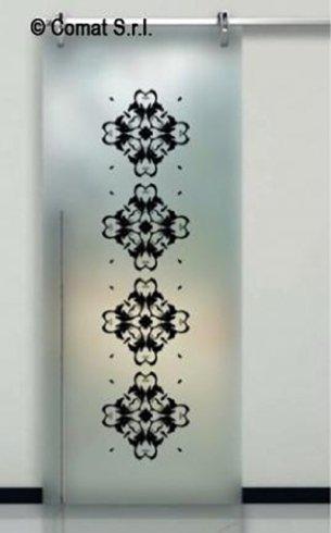 vetrata con decorazioni nere