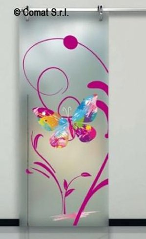 vetrata con farfalla e altre decorazioni