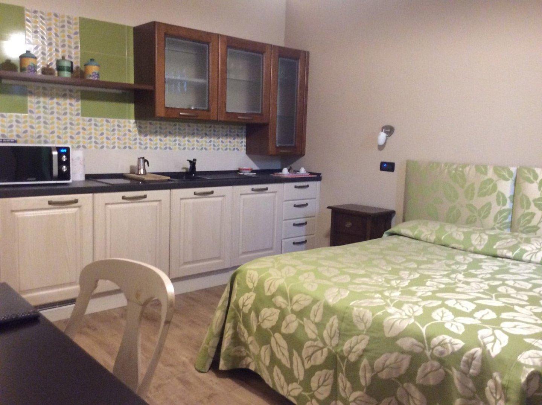 camera attrezzata con letto matrimoniale e cucina