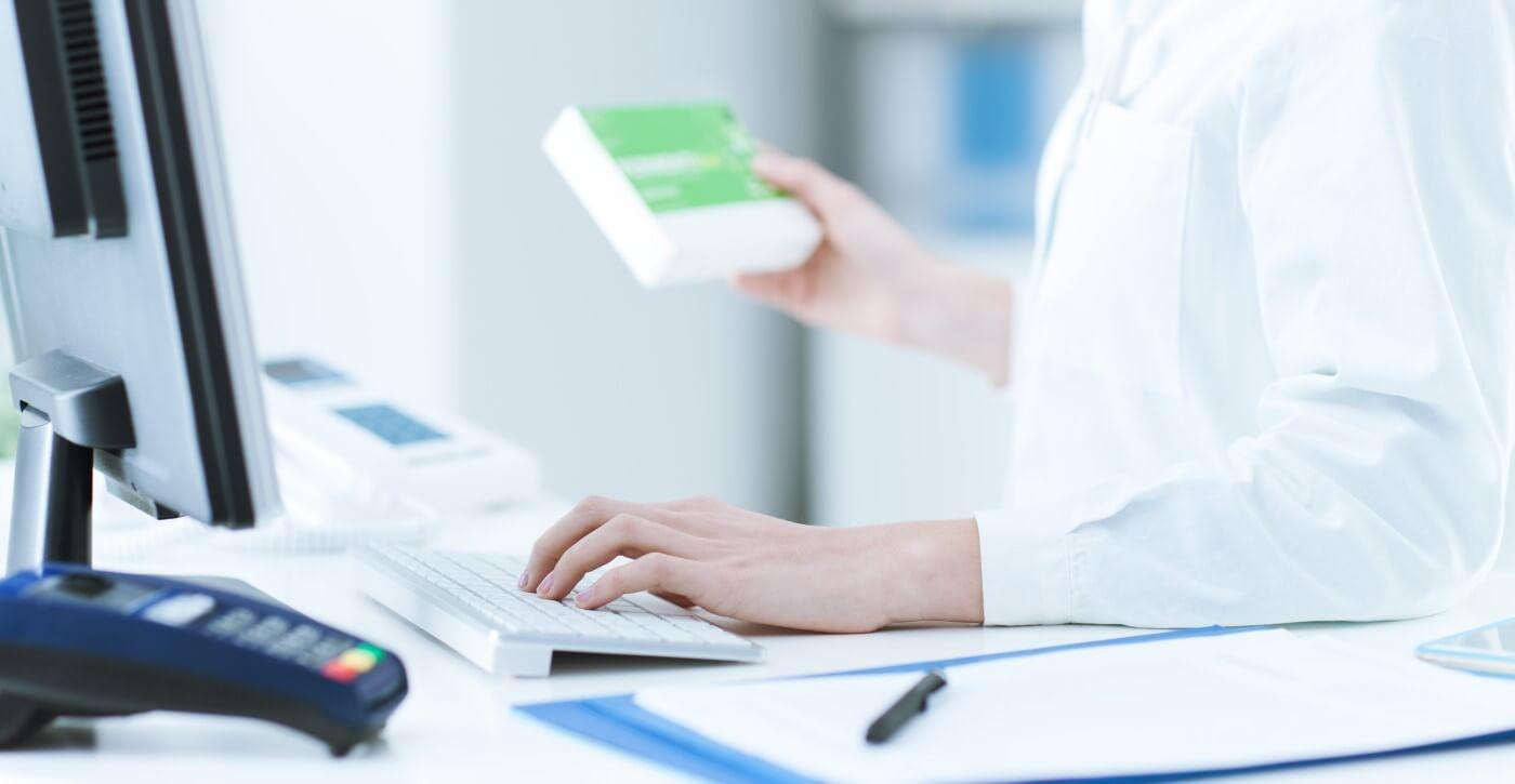 farmacista mentre inserisce un medicinale al computer