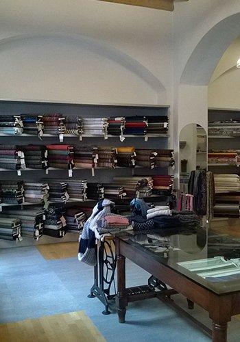 interno di una boutique di tessuti con vista della macchina da cucire