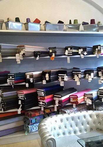 interno di un negozio di tessuti e vista di un divano