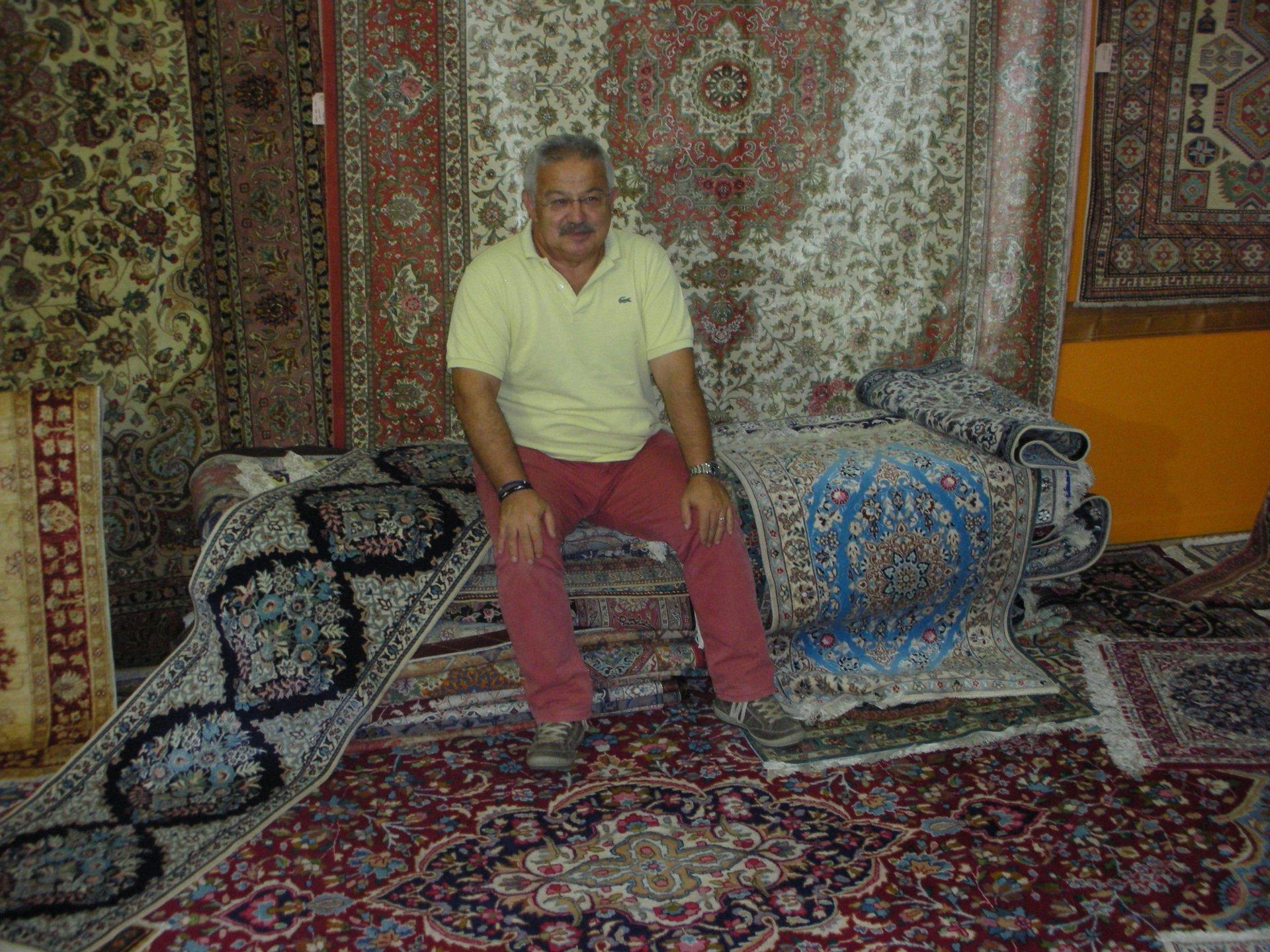titolare sopra tappeti persiani