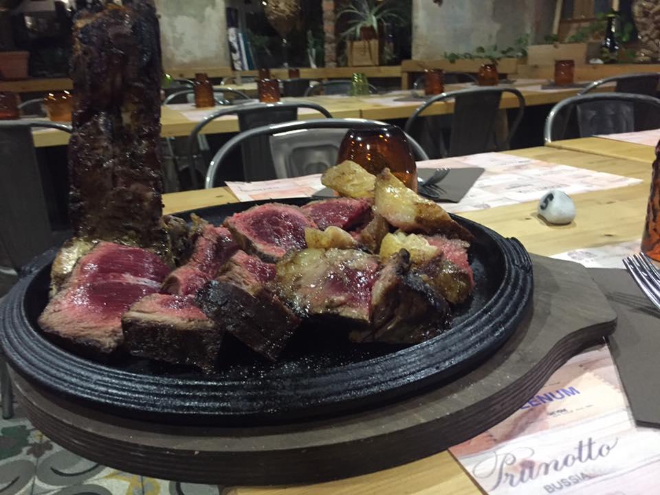 tagliata di carne su una rotonda di color nero