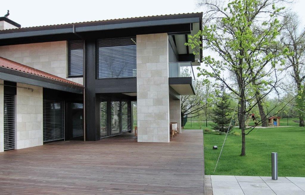 casa moderna con patio con pavimento in legno