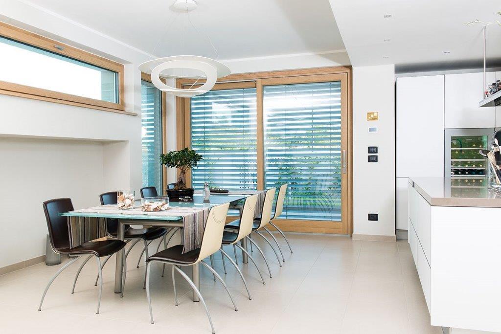 Tavolo con sedie nere in una cucina