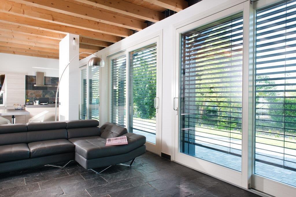 Salotto con veneziane e porte finestre