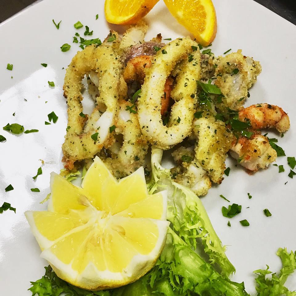 degli anelli di calamari,limone arancia e insalata