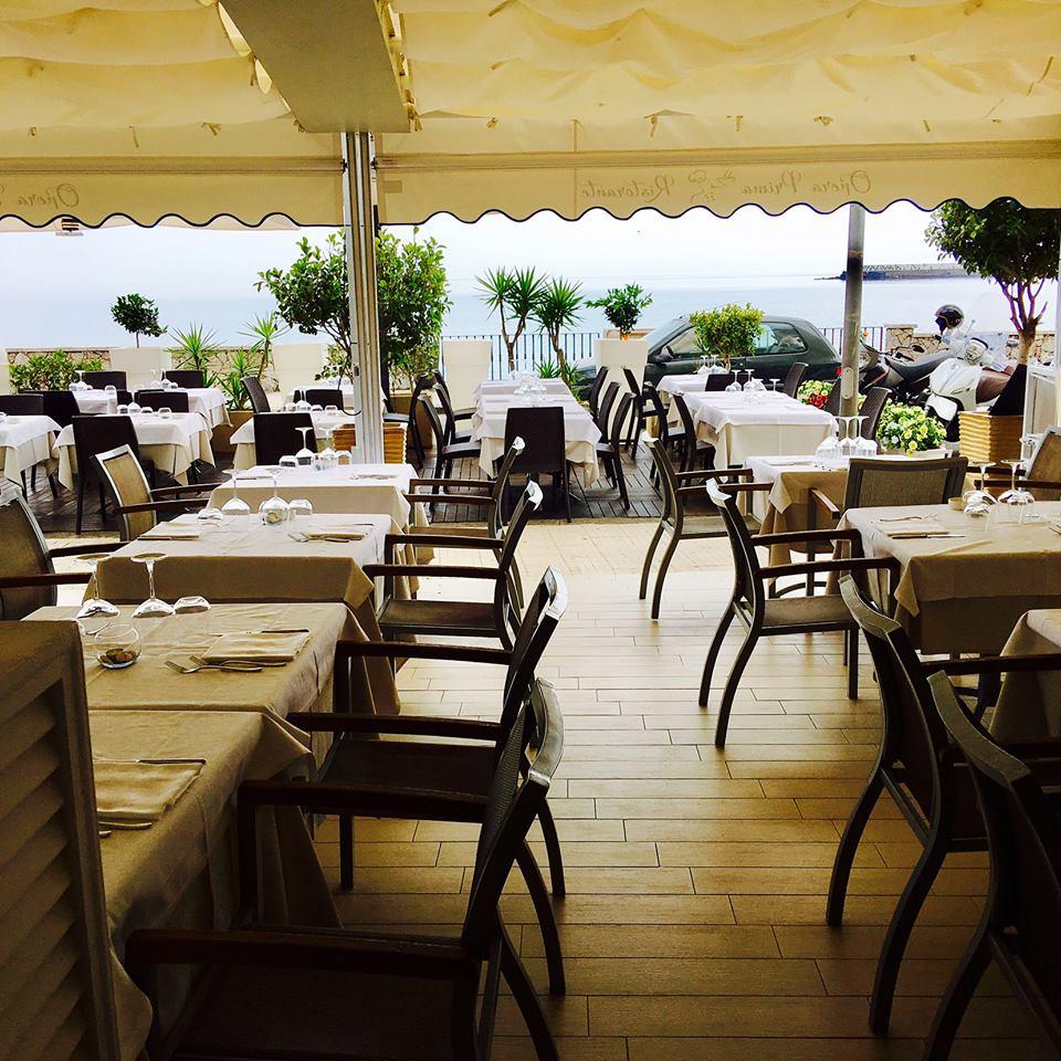 i tavoli all'esterno del ristorante sotto un tendone