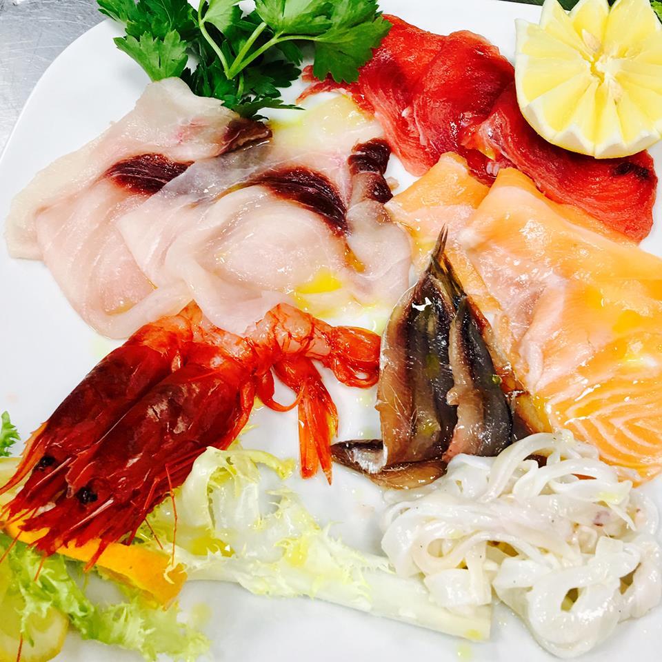 un piatto di carpaccio di pesce misto