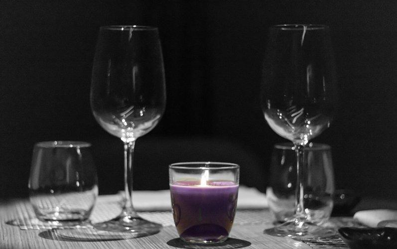 calici su un tavolo con candela viola