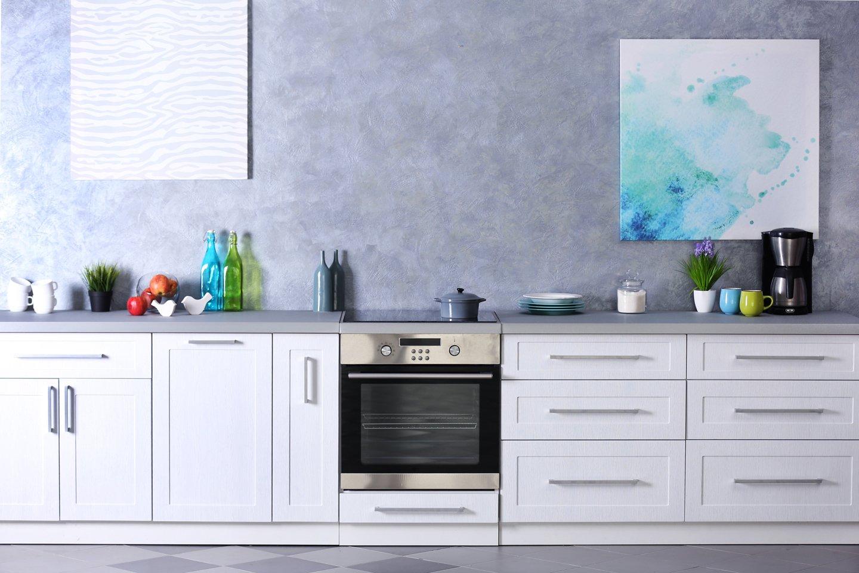 vista frontale di un forno e di un banco cucina