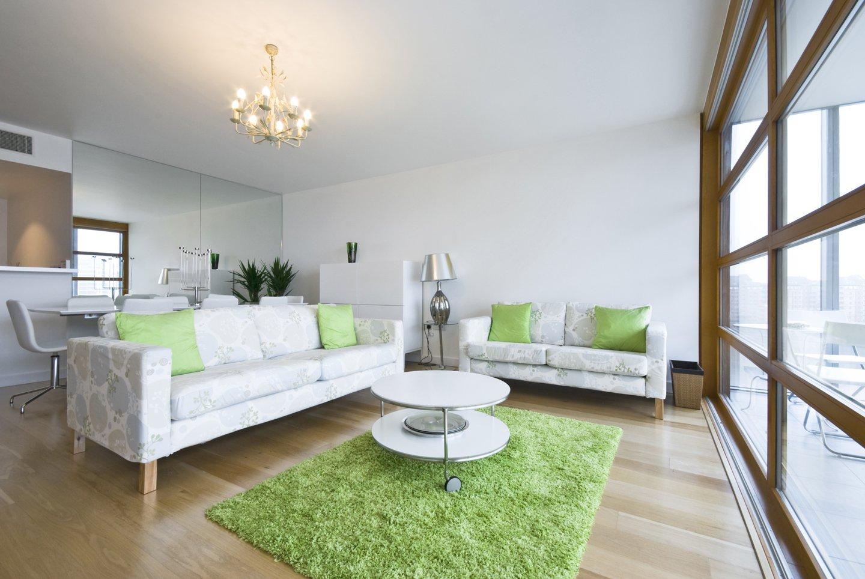 due divani con esposizione arredamento salotto