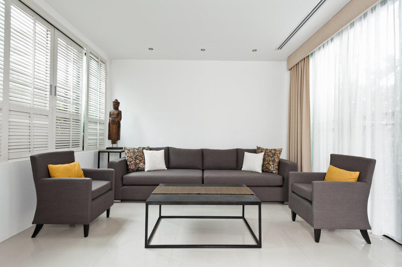 vista frontale di un divano con due poltrone e un tavolino in mezzo