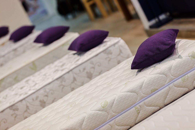 esposizione materassi con cuscini viola sopra