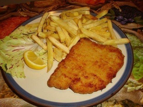 piatto con cotoletta e patatine fritte