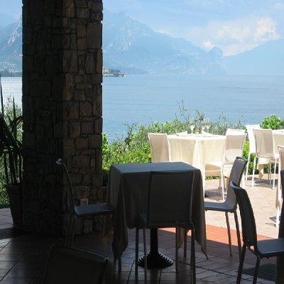 dei tavoli all' esterno e vista di un lagno
