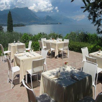 una terrazza con dei tavoli apparecchiati