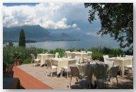 una terrazza di un ristorante con vista del lago