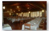 dei tavoli in un ristorante