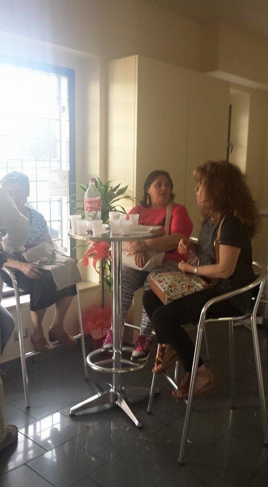 delle donne sedute al tavolo di un bar