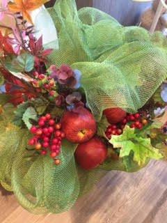 centro tavola con mele e fiori
