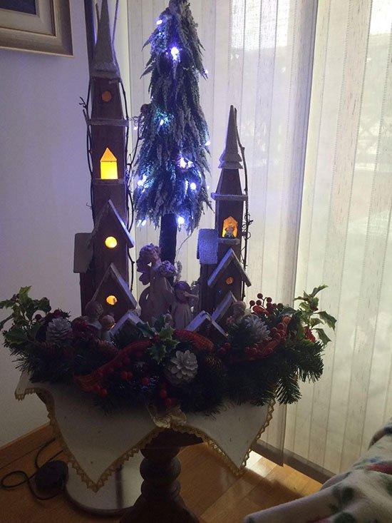 creazione natalizia floreale centro tavola blu
