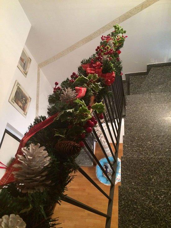 decorazione di una scala con addobbi natalizi