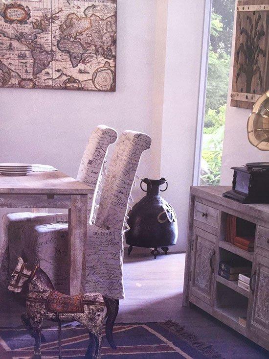 dettaglio sala da pranzo con tavolo e due sedie poltrona