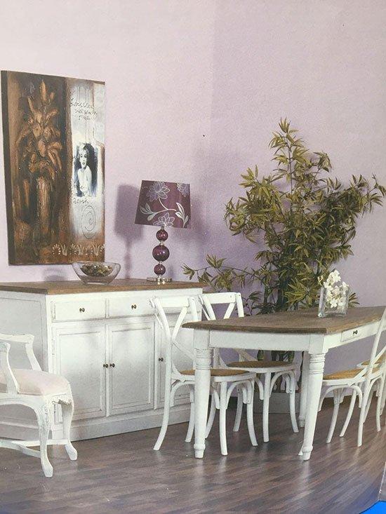 particolare di una sala da pranzo con tavolo sedie e mobile in abbinato