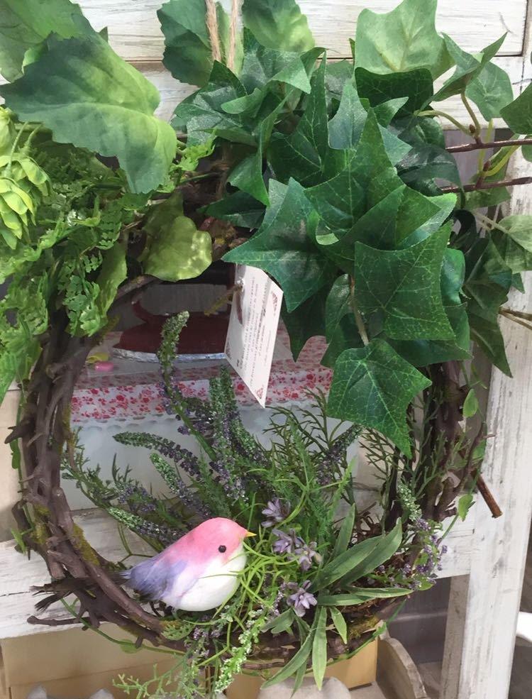 particolare di vaso con fiori e decorazione di un uccellino
