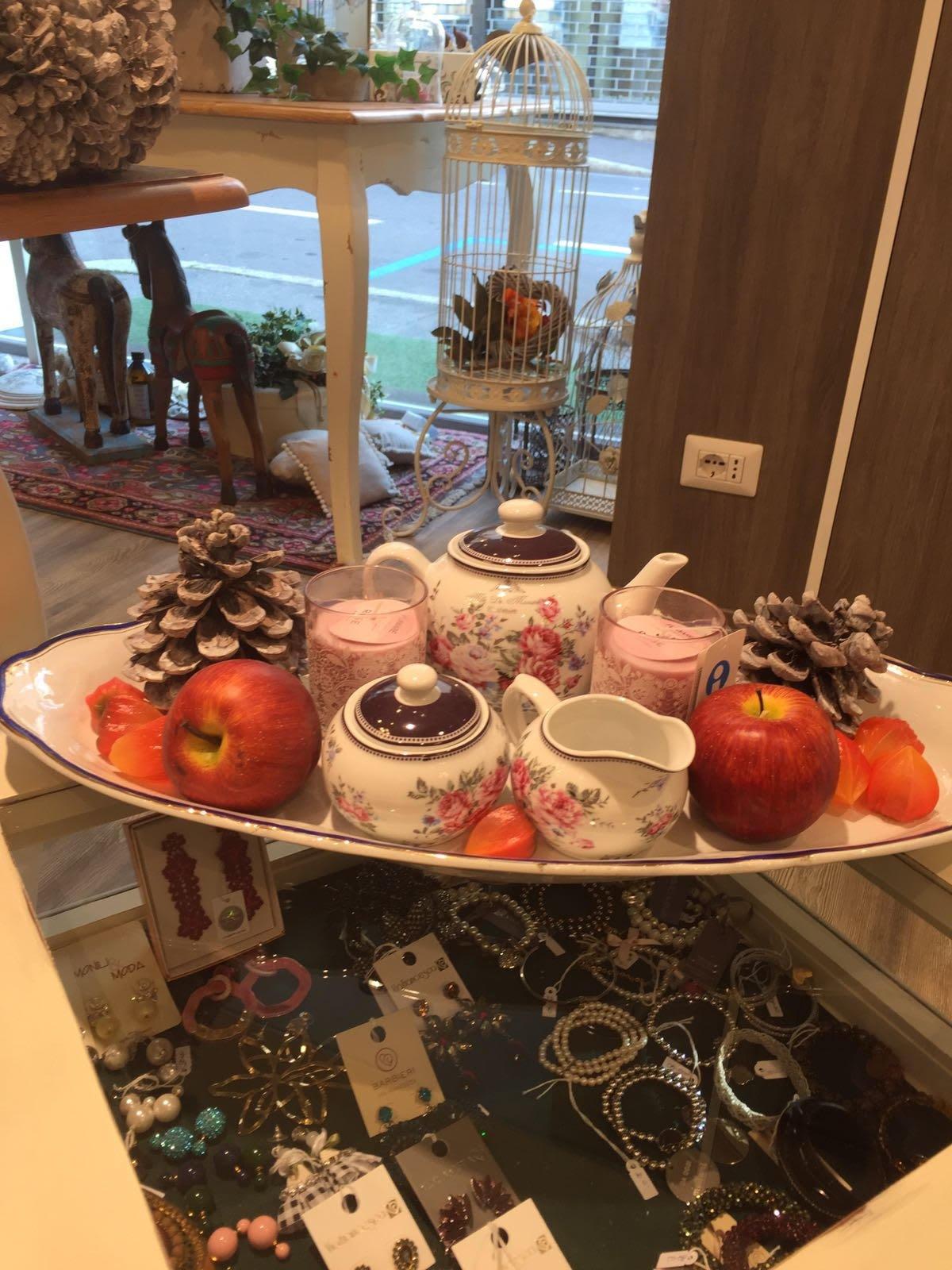 dettaglio di set da the' e decorazioni con pigne e mele