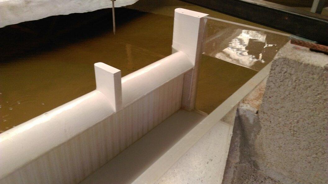 Muretto bianco con laghetto artificiale per modello idraulico in scala