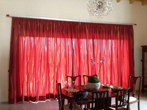 tenda rossa in un salone